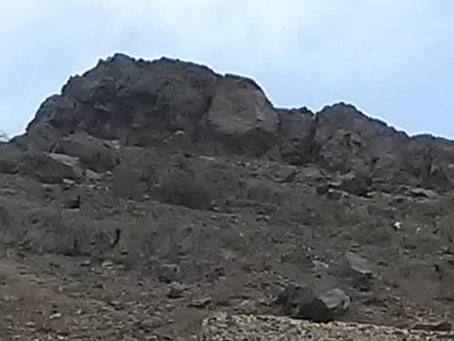 """أهالي منطقة """"تونة"""" بردفان يناشدون بإزالة صخور جبلية تقع فوق منازلهم"""