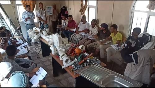 مؤسسة الشوكاني تدشن دورات تدريبية للنازحين بمخيم الرباط في لحج
