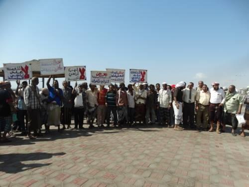 موظفي المؤسسة الاقتصادية ينفذون وقفة احتجاجية للتنديد بوقف البسط على اراضي قطاع الملح بعدن