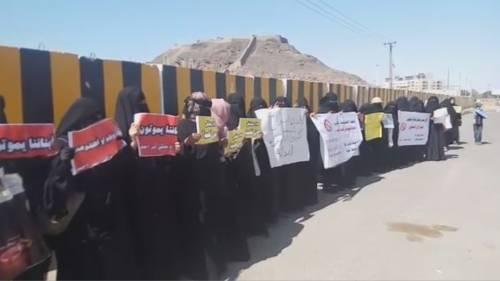 في وقفة جديدة أمام المجمع القضائي بعدن.. أمهات معتقلي سجن بئر أحمد يطالبن بمصير أبنائهن