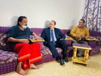 الوزير الإرياني يزور الفنان نايف عوض ويشيد بدوره الفني
