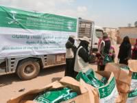 مركز الملك سلمان للإغاثة يدشن مشروع توزيع الملابس للأسر النازحة بمحافظتي عدن ومأرب